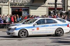 Carros e espectadores de polícia para a fita Foto de Stock