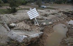 Carros e restos danificados após inundações em San Llorenc no vertical de Mallorca da ilha foto de stock