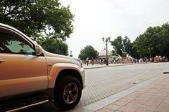 Carros e seu vário close-up das peças nas ruas de Odessa, Ucrânia fotografia de stock