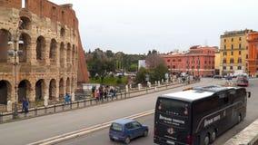 Carros e turistas perto do coliseu em Roma filme