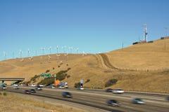 Carros e windturbines Fotos de Stock