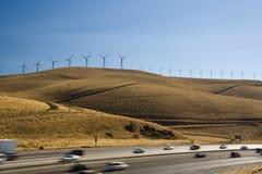 Carros e windturbines Imagens de Stock