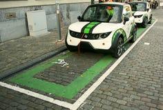 Carros elétricos cobrando estacionados Fotografia de Stock