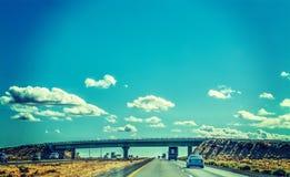 Carros em 5 de um estado a outro que ruma para o sul Foto de Stock Royalty Free