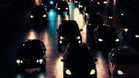 Carros em luzes dramáticas da noite filme