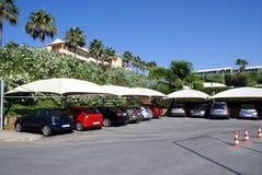 Carros em um parque de estacionamento Veículos em um porto de carro Parque de estacionamento Área de estacionamento Parque de est fotografia de stock