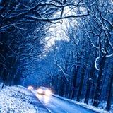 Carros em uma estrada no inverno Fotos de Stock Royalty Free