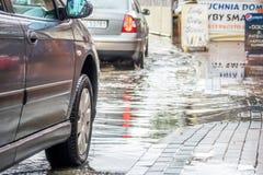 Carros em uma rua inundada Imagens de Stock
