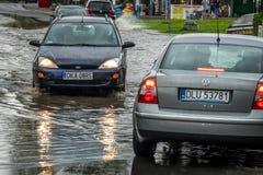 Carros em uma rua inundada Foto de Stock