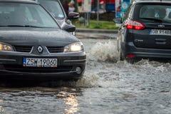 Carros em uma rua inundada Foto de Stock Royalty Free