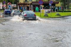 Carros em uma rua inundada Fotografia de Stock