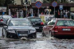 Carros em uma rua inundada Imagem de Stock