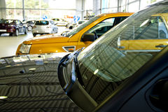Carros em uma sala de exposições Imagem de Stock Royalty Free