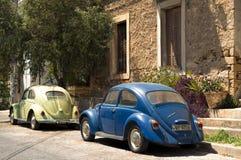 Carros empoeirados velhos do besouro na rua de Atenas Imagem de Stock
