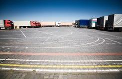 Carros en un estacionamiento Fotos de archivo