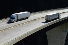 Carros en un puente de alto nivel 02 Fotografía de archivo