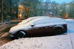 Carros estacionados cobertos com a neve após um blizzard imagens de stock