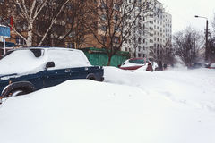 Carros estacionados cobertos na neve fresca Fotografia de Stock