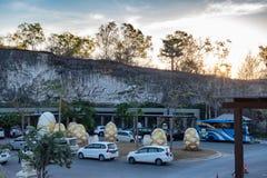 Carros estacionados em GWK Garuda Wisnu Kencana foto de stock