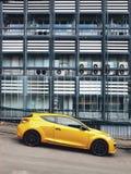 Carros estacionados na estrada contra um fundo de uma construção moderna fotos de stock royalty free