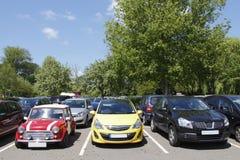 Carros estacionados novos e velhos Fotografia de Stock