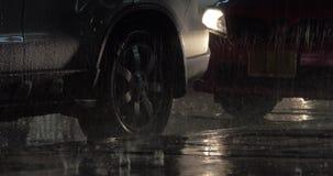 Carros estacionados sob a chuva na noite filme