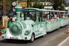 Carros estilizados del tren en las calles de Georgioupolis foto de archivo