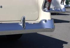 Carros finned dos anos 50 no sol fotos de stock royalty free