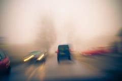 Carros indo da estrada obscura da vista imagens de stock