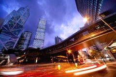 Carros moventes rápidos na noite Foto de Stock