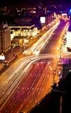 Carros moventes rápidos na noite Fotografia de Stock Royalty Free