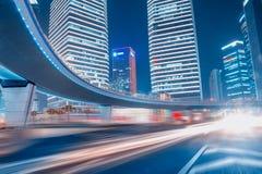 Carros moventes rápidos na noite Fotografia de Stock