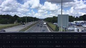 Carros na estrada vídeos de arquivo