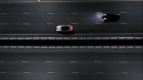Carros na estrada da noite Tráfego da noite Vista do ar voo na estrada da noite filme