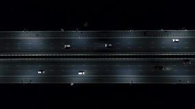 Carros na estrada da noite Tráfego da noite Vista do ar voo na estrada da noite vídeos de arquivo