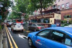 Carros na estrada do pomar em Singapura Imagens de Stock