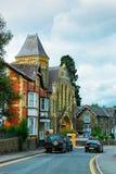 Carros na estrada e na cidade de construção velha Reino Unido de Brecon da arquitetura imagem de stock