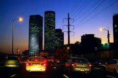 Carros na estrada em uma cidade durante a diminuição Imagens de Stock