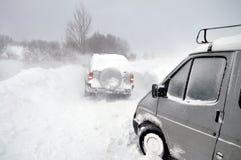 Carros na neve fotografia de stock