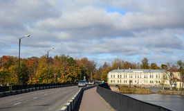 Carros na rua em Vyborg, Rússia Imagem de Stock