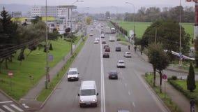 Carros no asfalto video estoque