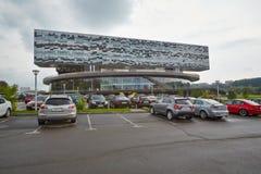 Carros no estacionamento próximo à escola de gestão de Moscovo Imagens de Stock Royalty Free