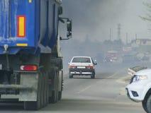 Carros no fumo na estrada Fotos de Stock