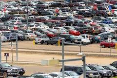 Carros no parque de estacionamento do aeroporto no diâmetro Imagens de Stock Royalty Free