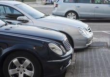 Carros no parque de estacionamento na fileira fotografia de stock royalty free