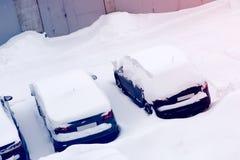 Carros no parque de estacionamento na neve Imagens de Stock Royalty Free