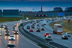 Carros no tráfego em uma estrada Foto de Stock