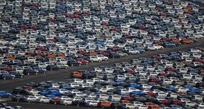 Carros novos estacionados dentro muito Fotografia de Stock