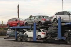 Carros novos Mercedes em uma plataforma do transporte fotos de stock royalty free