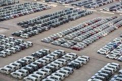 Carros novos nas fileiras armazenadas em Rashid portuário em Dubai, UAE imagens de stock